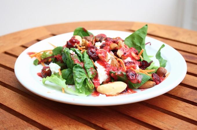 Salade met noten en frambozendressing