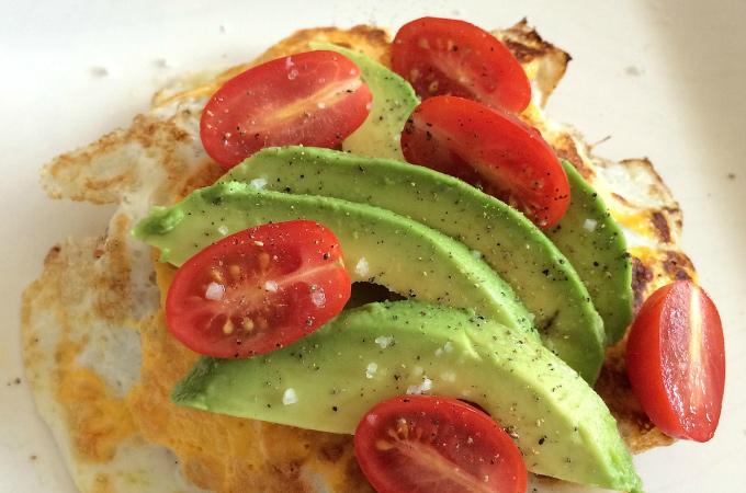 Broodje ei met avocado en tomaat